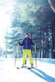 Muchacho del niño del esquiador en ropa de deportes con el esquí durante invierno Fotografía de archivo libre de regalías