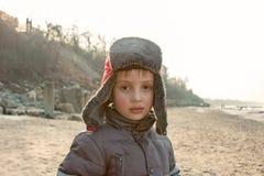 Muchacho del niño en la orilla de mar Fotos de archivo libres de regalías