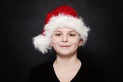 Muchacho del niño joven en Santa Hat Foto de archivo