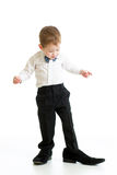 Muchacho del niño que intenta en los zapatos del padre Foto de archivo