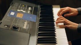 Muchacho del niño que juega en un instrumento electrónico del teclado Niño dotado almacen de video