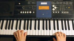 Muchacho del niño que juega en un instrumento electrónico del teclado Niño dotado almacen de metraje de vídeo