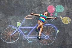 Muchacho del niño que se divierte con la imagen de las tizas de la bici Fotos de archivo libres de regalías