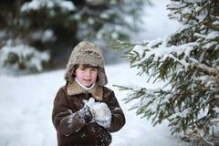 Muchacho del niño que se divierte en la nieve Fotos de archivo libres de regalías