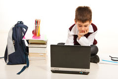 Muchacho del niño que usa la computadora portátil Foto de archivo libre de regalías