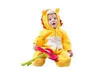 Muchacho del niño, vestido en el traje del carnaval del león, aislado en el fondo blanco. Zodiaco del bebé - muestra Leo. Fotografía de archivo
