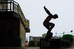 Muchacho del patinador debajo del puente Bangkok de Rama 8 Imágenes de archivo libres de regalías