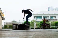 Muchacho del patinador debajo del puente Bangkok de Rama 8 Foto de archivo