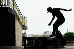 Muchacho del patinador debajo del puente Bangkok de Rama 8 Fotos de archivo libres de regalías