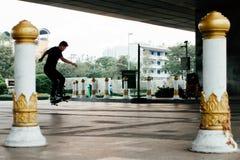 Muchacho del patinador debajo del puente Bangkok de Rama 8 Fotografía de archivo