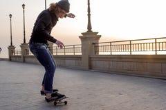 muchacho del patinador que patina en la playa Imágenes de archivo libres de regalías