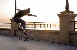 muchacho del patinador que patina en la playa Imagen de archivo