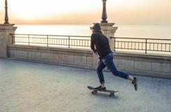 muchacho del patinador que patina en la playa Fotos de archivo libres de regalías