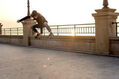 muchacho del patinador que patina en la playa Foto de archivo