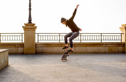 muchacho del patinador que patina en la playa Fotografía de archivo