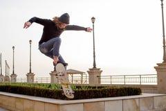 muchacho del patinador que patina en la playa Imagen de archivo libre de regalías