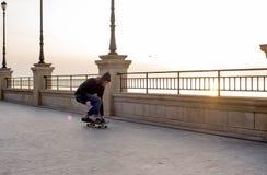 muchacho del patinador que patina en la playa Imagenes de archivo