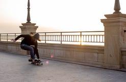 muchacho del patinador que patina en la playa Fotos de archivo