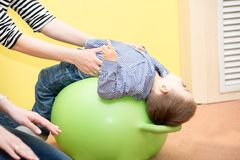 Muchacho del pequeño niño que juega en guardería en el preescolar de Montessori foto de archivo libre de regalías