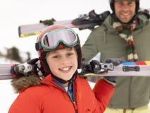 Muchacho del Pre-teen con el padre el vacaciones del esquí Foto de archivo libre de regalías