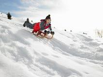 Muchacho del Pre-teen en un trineo en la nieve Fotos de archivo