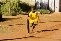 Muchacho del Pre-Teen que juega con la rueda Fotos de archivo