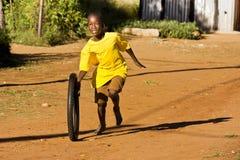 Muchacho del Pre-Teen que juega con la rueda Imagen de archivo libre de regalías