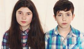 Muchacho del preadolescente de los hermanos y muchacha del adolescente Fotografía de archivo libre de regalías
