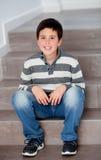 Muchacho del preadolescente que se sienta en las escaleras Foto de archivo