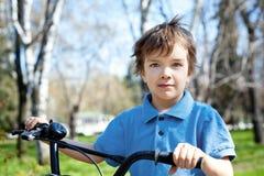 muchacho del retrato con la bicicleta, al aire libre Imágenes de archivo libres de regalías