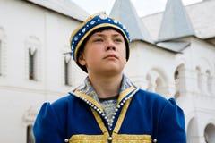 Muchacho del retrato en traje ruso nacional en el Kremlin Rostov grande Foto de archivo