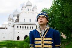 Muchacho del retrato en traje ruso nacional en el Kremlin Rostov grande Imagen de archivo