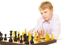 Muchacho del tween que juega a ajedrez Imagenes de archivo
