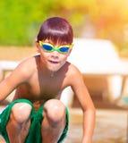Muchacho deportivo que salta en la piscina Imagenes de archivo