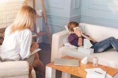 Muchacho deprimido del adolescente que llora mientras que habla con su psicólogo Fotografía de archivo libre de regalías