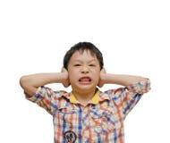 Muchacho descontentado que cubre sus oídos fotografía de archivo libre de regalías