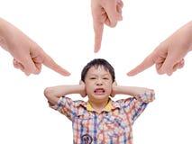 Muchacho descontentado que cubre sus oídos Foto de archivo libre de regalías