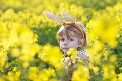 Muchacho divertido de 3 años con los oídos del conejito de pascua, celebrando Pascua Fotos de archivo