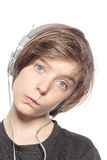 Muchacho divertido del adolescente con los auriculares Fotos de archivo libres de regalías