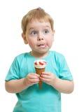 Muchacho divertido que come el helado aislado Imágenes de archivo libres de regalías
