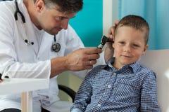 Muchacho durante el examen de oído Foto de archivo