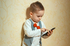 Muchacho elegante con el teléfono móvil Imagenes de archivo