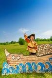 Muchacho emocionado en traje del pirata que ríe en la nave Fotografía de archivo