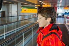 Muchacho en aeropuerto Foto de archivo