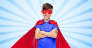 Muchacho en cabo y máscara rojos del superhéroe Fotografía de archivo libre de regalías