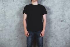 Muchacho en camiseta negra Imagen de archivo