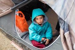 Muchacho en campamento de refugiados en Grecia Imagen de archivo