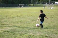 Muchacho en campo de fútbol Fotos de archivo libres de regalías