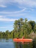 Muchacho en canoa imagen de archivo libre de regalías