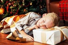 Muchacho en casa en la Navidad Imagenes de archivo